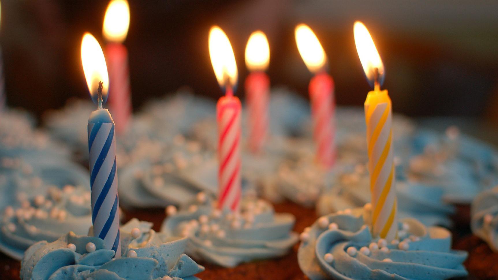 Das Bild zeigt einen Geburtstagskuchen